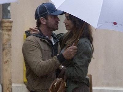 Mădălina Ghenea si Gerard Butler în ploaie (credit foto fameflynet.uk.com)