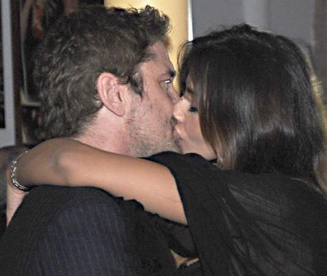 Mădălina Ghenea şi Gerard Butler, sărut de Revelion (credit foto justjared.com)