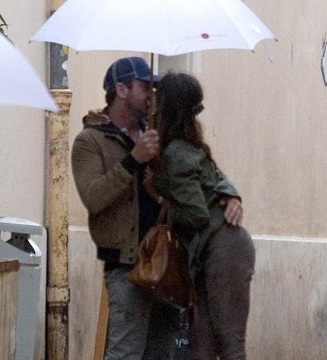 Mădălina Ghenea şi Gerard Butler, în ploaie (credit foto fameflynet.uk.com)